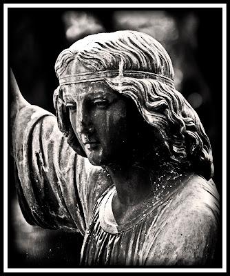 Statue auf dem Pragfriedhof in Stuttgart