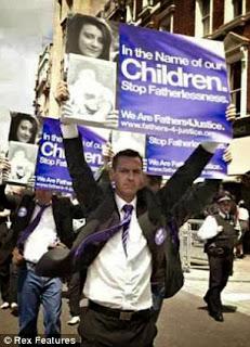 Αγγλία: Πατέρας 2 παιδιών και μέλος της Fathers 4 Justice, έβαψε με σπρέι σπάνιο πορτραίτο της Βασίλισσας Ελισάβετ, διαμαρτυρόμενος για την Ημέρα του Πατέρα.
