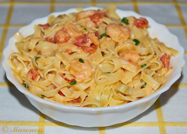Тальерини с простым сладким томатным соусом и креветками от Джейми Оливера
