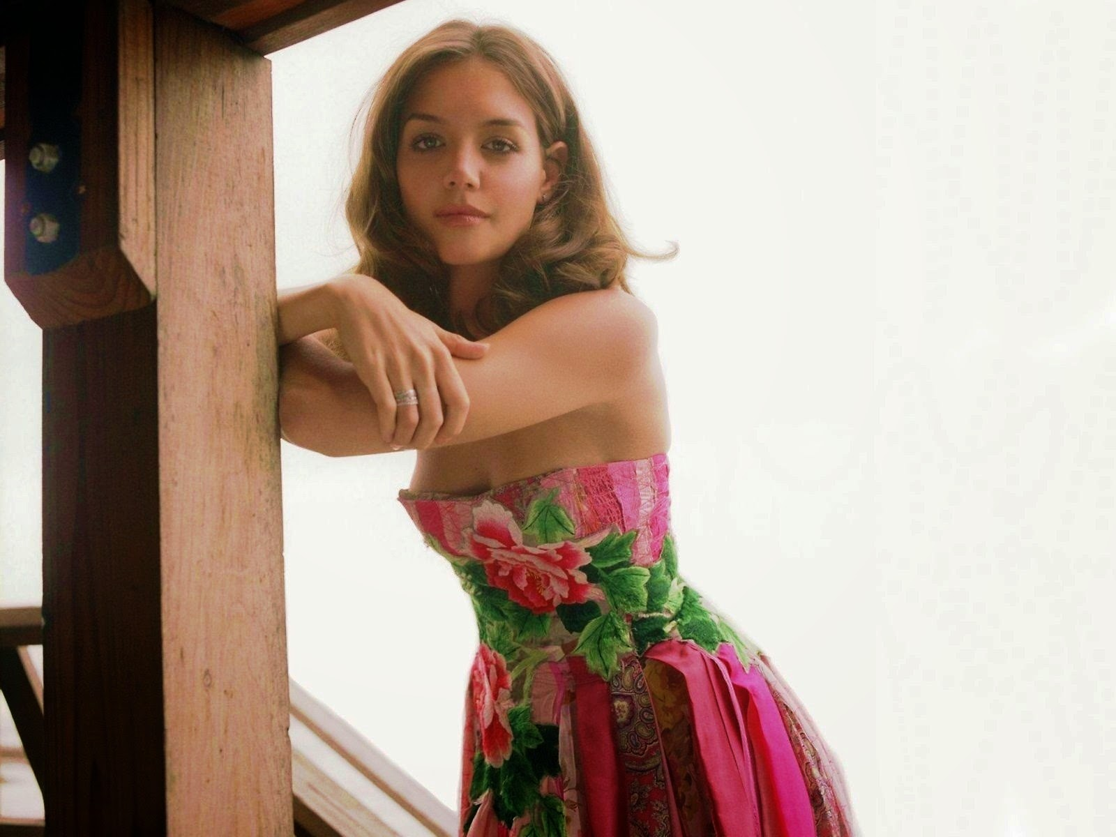 Katie Holmes American Hollywood Actress in Short pink Scurt HD Images