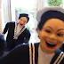 Marinheiros de brinquedo rebolando e rindo