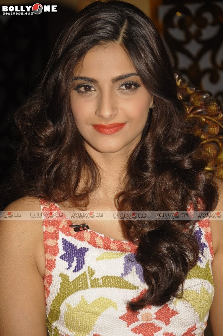 Super Hot Sonam Kapoor on the sets of Nach Le