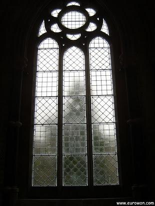 Ventana de la iglesia neogótica de Kylemore
