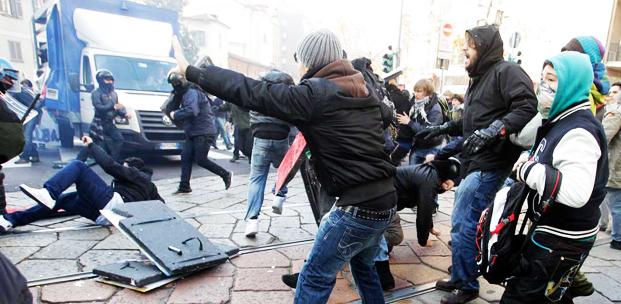 Personas protestando con violencia; autoridades vs. sociedad | Ximinia