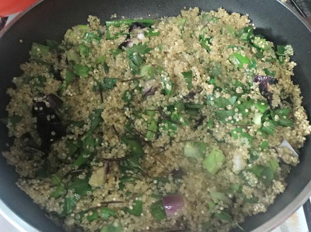 Dorando la quinoa más el apio, puerro, cebolla de verdeo y romero