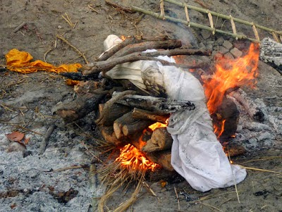 tradisi bakar mayat