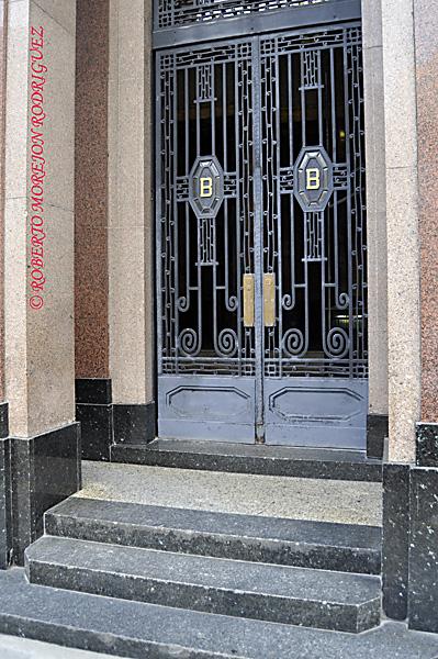 Puerta del Edificio Bacardí en La Habana, Cuba, el 12 de marzo de 2013. Esta construcción de 1930 es la obra maestra del Art Deco habanero.