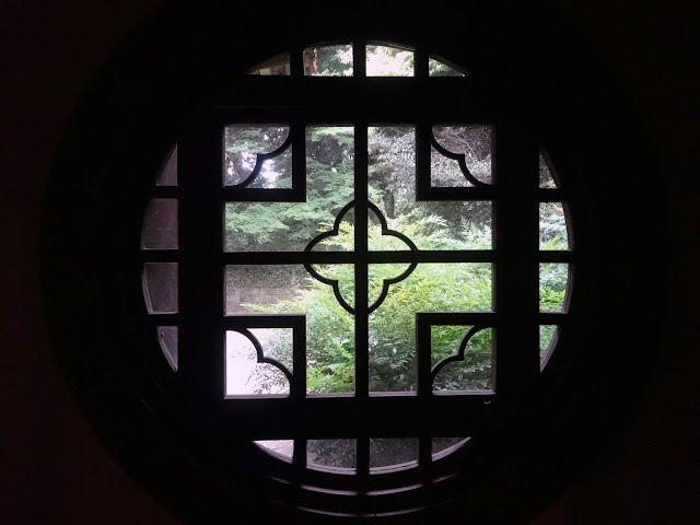 旧御涼亭(台湾閣),円窓,新宿御苑〈著作権フリー無料画像〉