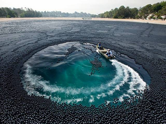 400000 Black Balls Save Los Angeles Reservoir