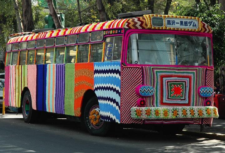 Magda Sayeg envelopando ônibus