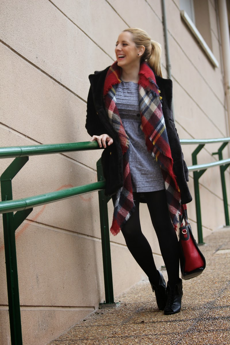 Vestido_gris_complementos_rojos