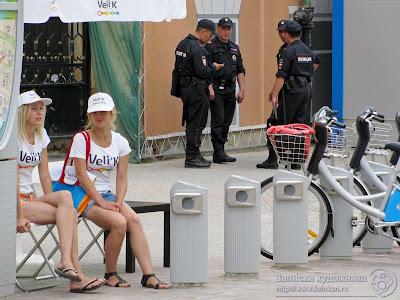 Сотрудники полиции в жару