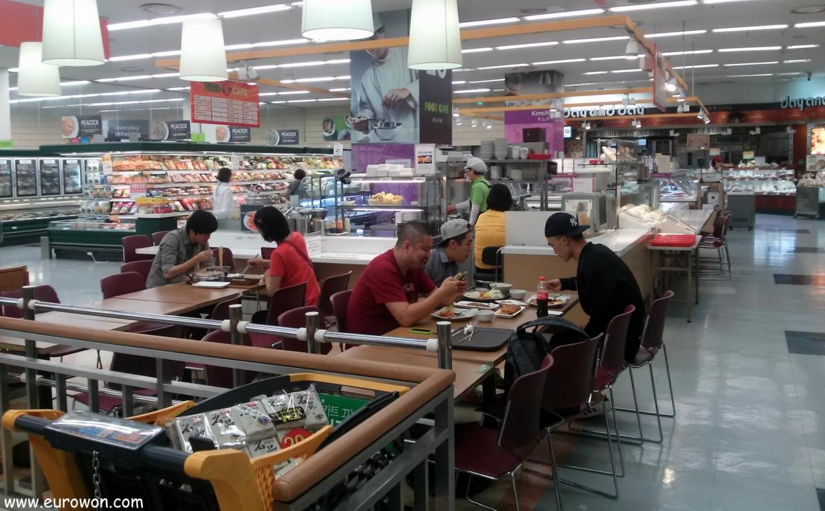 Zona para comidas en un hipermercado de Seúl