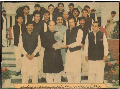 Imran Khan Receiving World Cup Prize from Nawaz Sharif