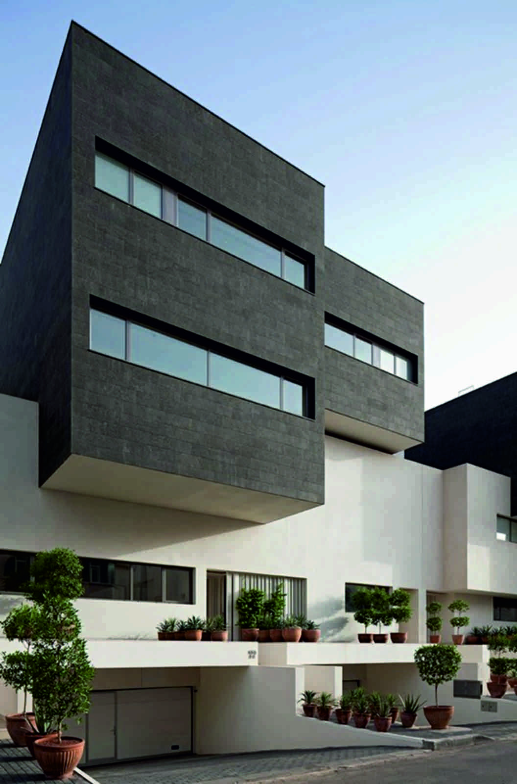 Black White House By Agi Architects - The-contemporary-black-and-white-house-by-agi-architects
