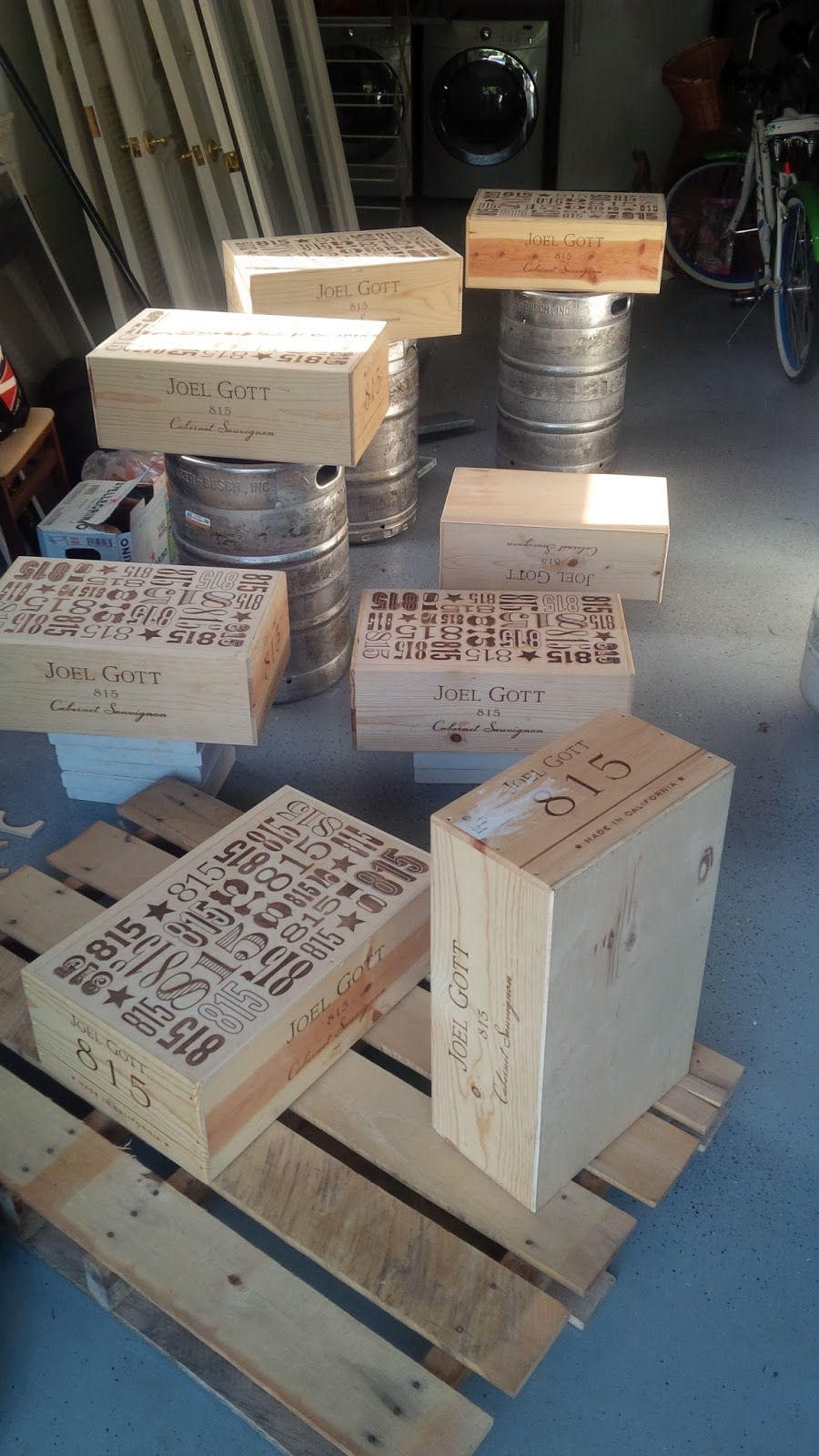Do it yourself coffee table from salvaged wine crates for Vintage wine crate coffee table