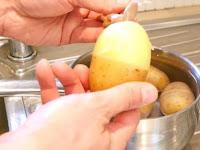 Cara Mengupas Kulit Kentang Rebus dengan Mudah dan Cepat