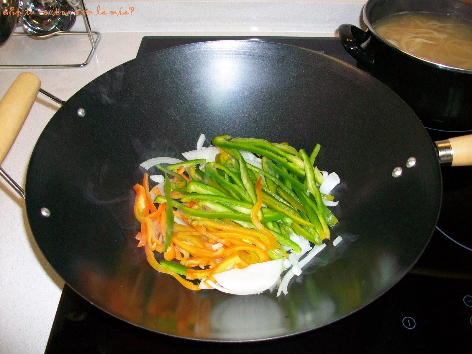 En tu cocina o en la m a espaguetis con pollo y verdura for Cocinar wok