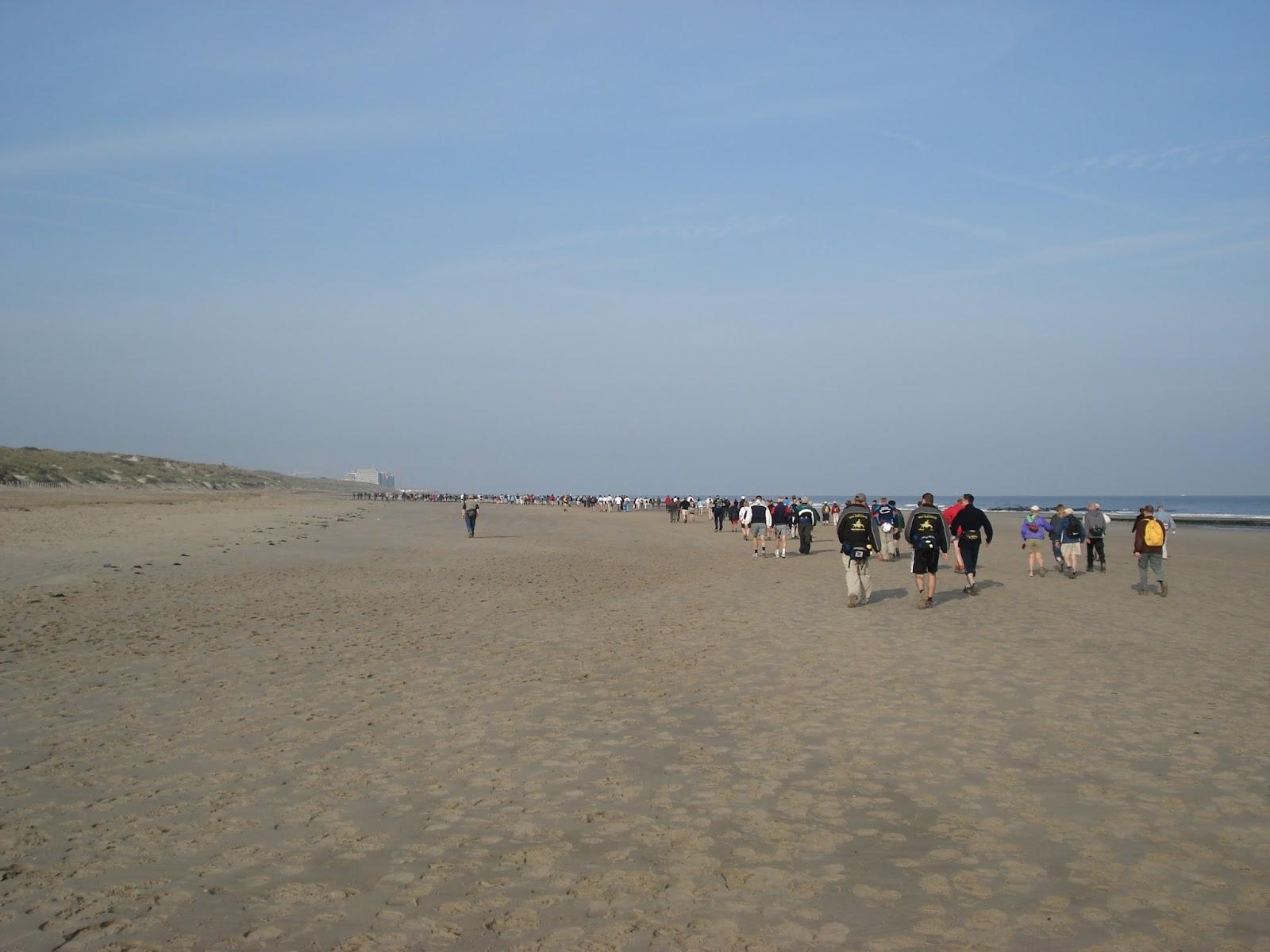over het strand naar Wenduine