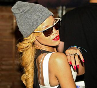 Rihanna sarı saçları ile uyumlu gri bir bere ile karşımıza sempatik bir görünümü ile çıkmıştır. Şapkanın altından görünen gizemli sarı saçlarına ise iri maşa saç modeli yaptırmıştır.