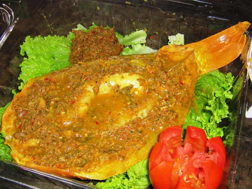 Masakan ini dikenal pula sebagai ikan mas bumbu kuning. Ikan mas