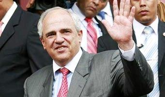 Ernesto Samper saludando con la mano