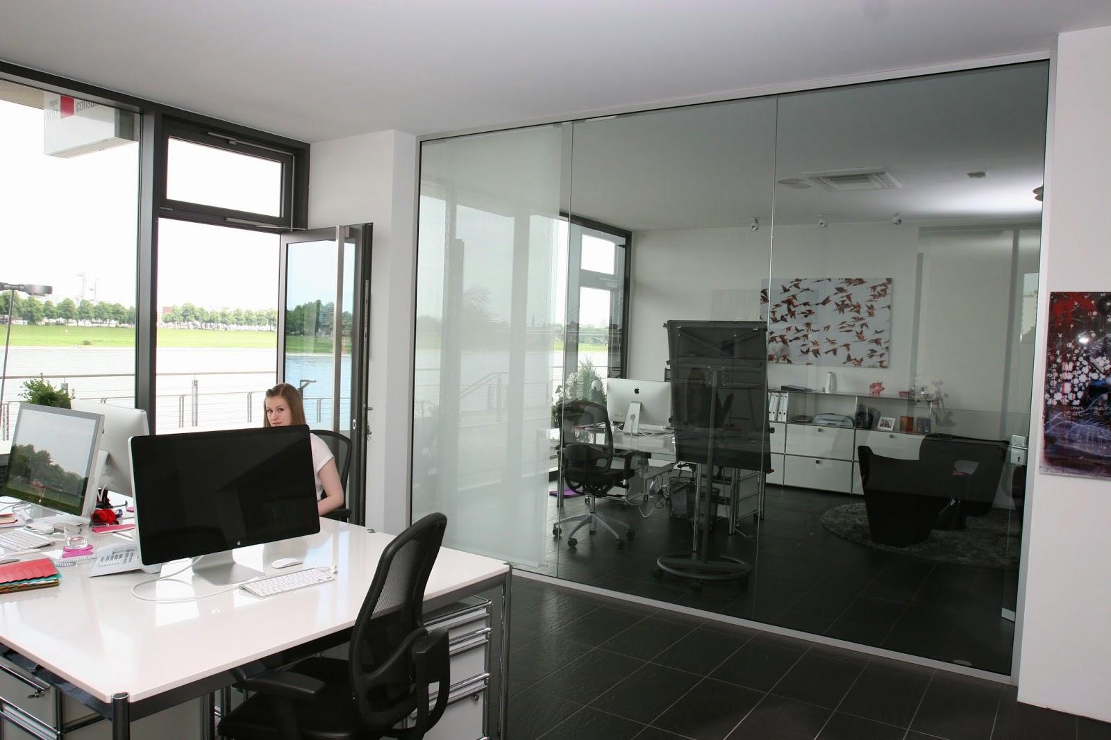 Glaswand im Empfang als Raumteilung für Büro und Agentur