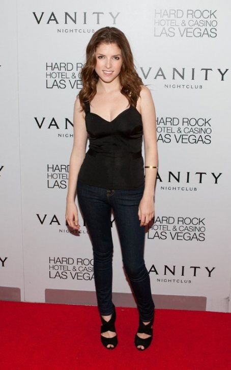 Anna Kendrick - Sexy in Jeans and Tank Top