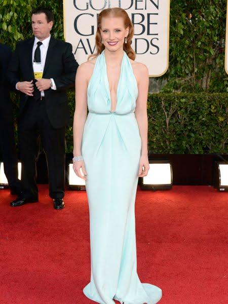 Джесика Частейн в светлосиня рокля  с дълбоко деколте Келвин Клайн