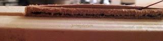 Détails de la couture et précision possible grâce à la pince de maintien en bois