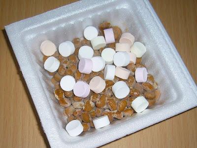 次の日も納豆にラムネ菓子(クッピーラムネ)