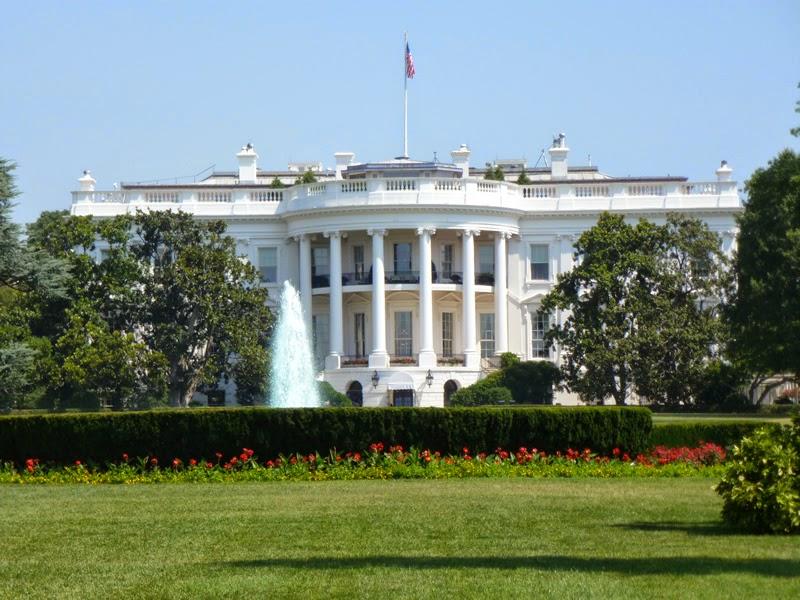 """Piratas cibertnéticos ingresaron a una red desclasificada que usan asesores del presidente Obama; sin embargo, la Casa Blanca no confirmó la naturaleza del ataque o cuándo sucedió. Hackers ingresaron a una red desclasificada que utilizan los principales asesores del presidente Barack Obama. La administración de Obama dice poco sobre la intrusión, solo que los hackers entraron a la red y que sus herramientas """"no están siendo utilizadas para crear un ciberataque destructivo"""", de acuerdo con un funcionario. """"Ciertamente, una variedad de actores encuentran nuestras redes como un blanco atractivo y buscan acceso a información sensible del Gobierno"""", dijo. En el"""