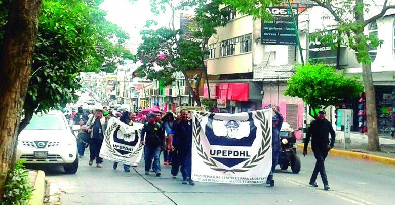 POLICIAS MARCHANDO POR  QUE NO LES PAGAN PRESTACIONES