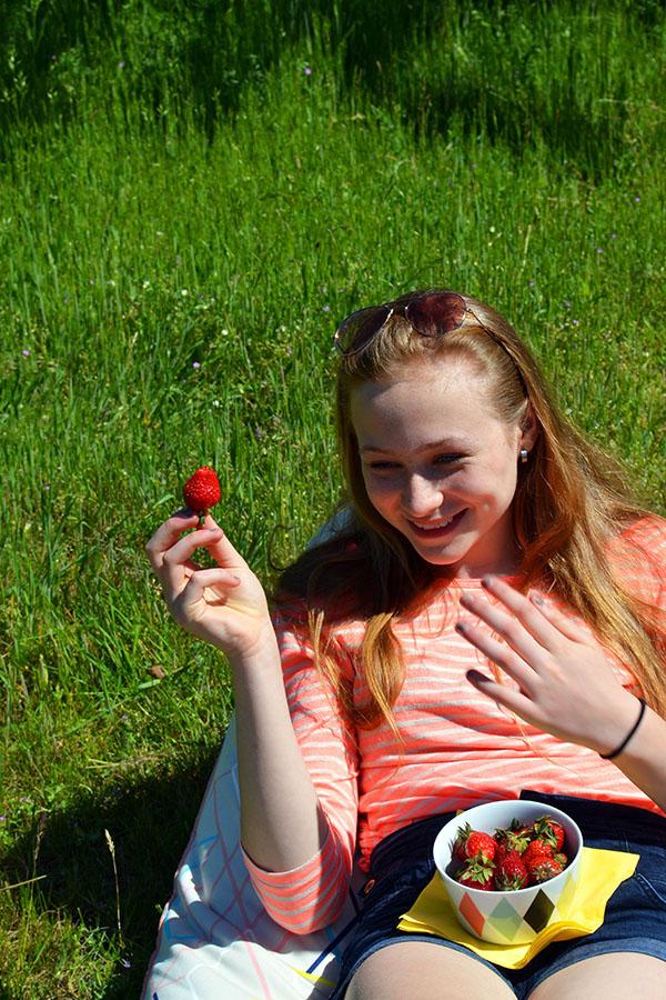 Spass beim Erdbeeressen