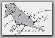 Bước 13: Lấy tay giữ và kéo cạnh giấy lên trên