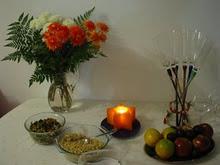 Mesa Farta, Belas Flores, Copos, Velas