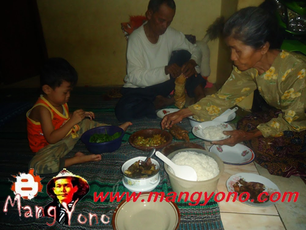 Makan bareng keluarga, nenek - kakek, mertua.