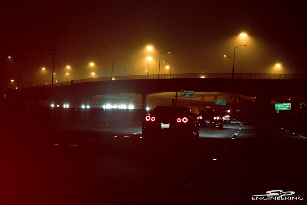 Nissan GT-R samochód nocą na drodze