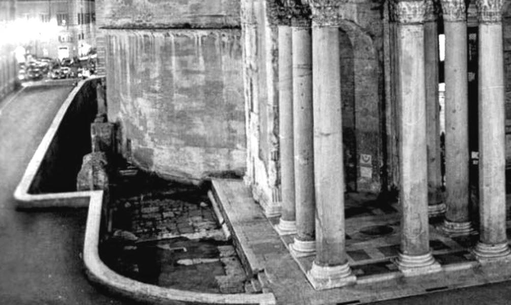 Un tratto del fossato del Pantheon