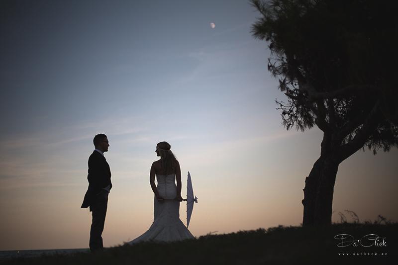 pareja de novios sombrilla arbol horizonte