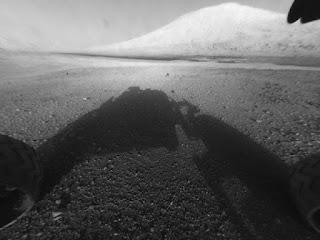 Самые первые фотографии, переданные марсоходом Curiosity после приземления