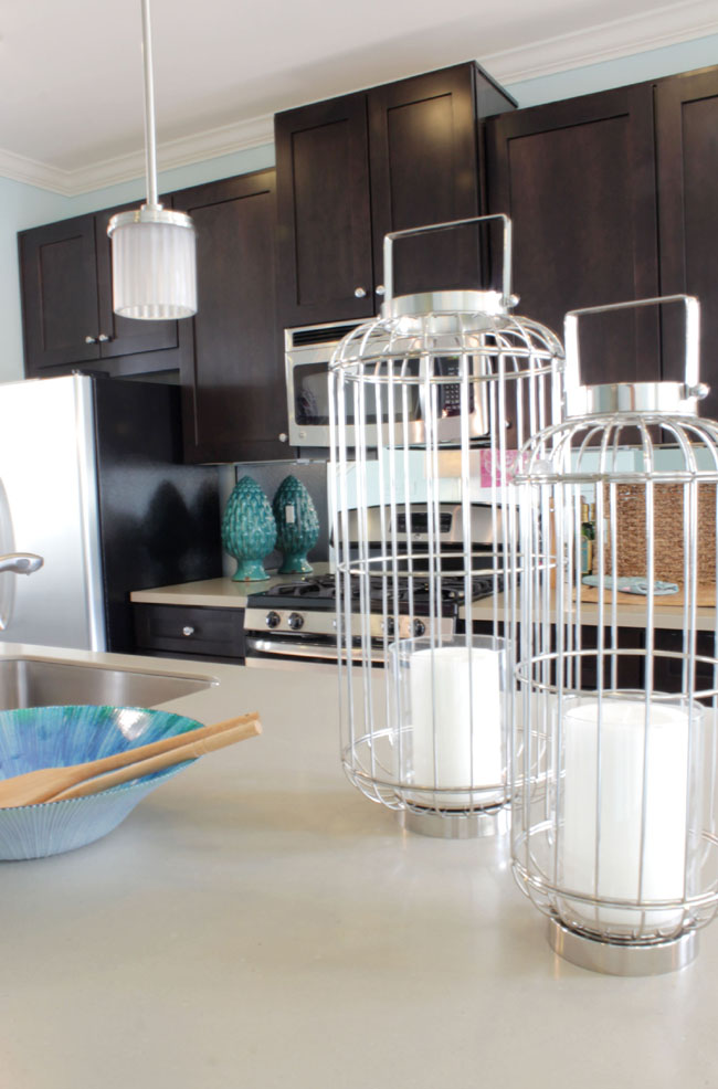 Kitchen island with big lantern accessories