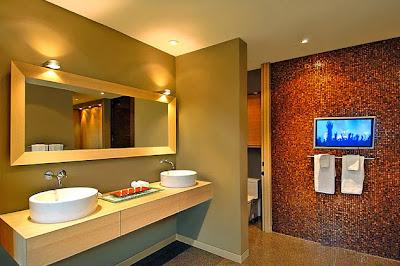 Moderno diseño de cuarto de baño con madera y piedra