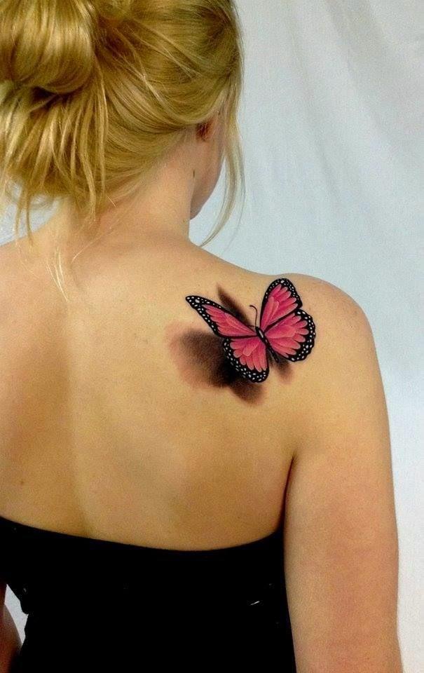 chica con un tatuaje de mariposa en el omoplato
