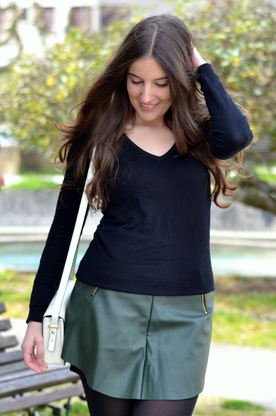 combinar falda polipiel verde