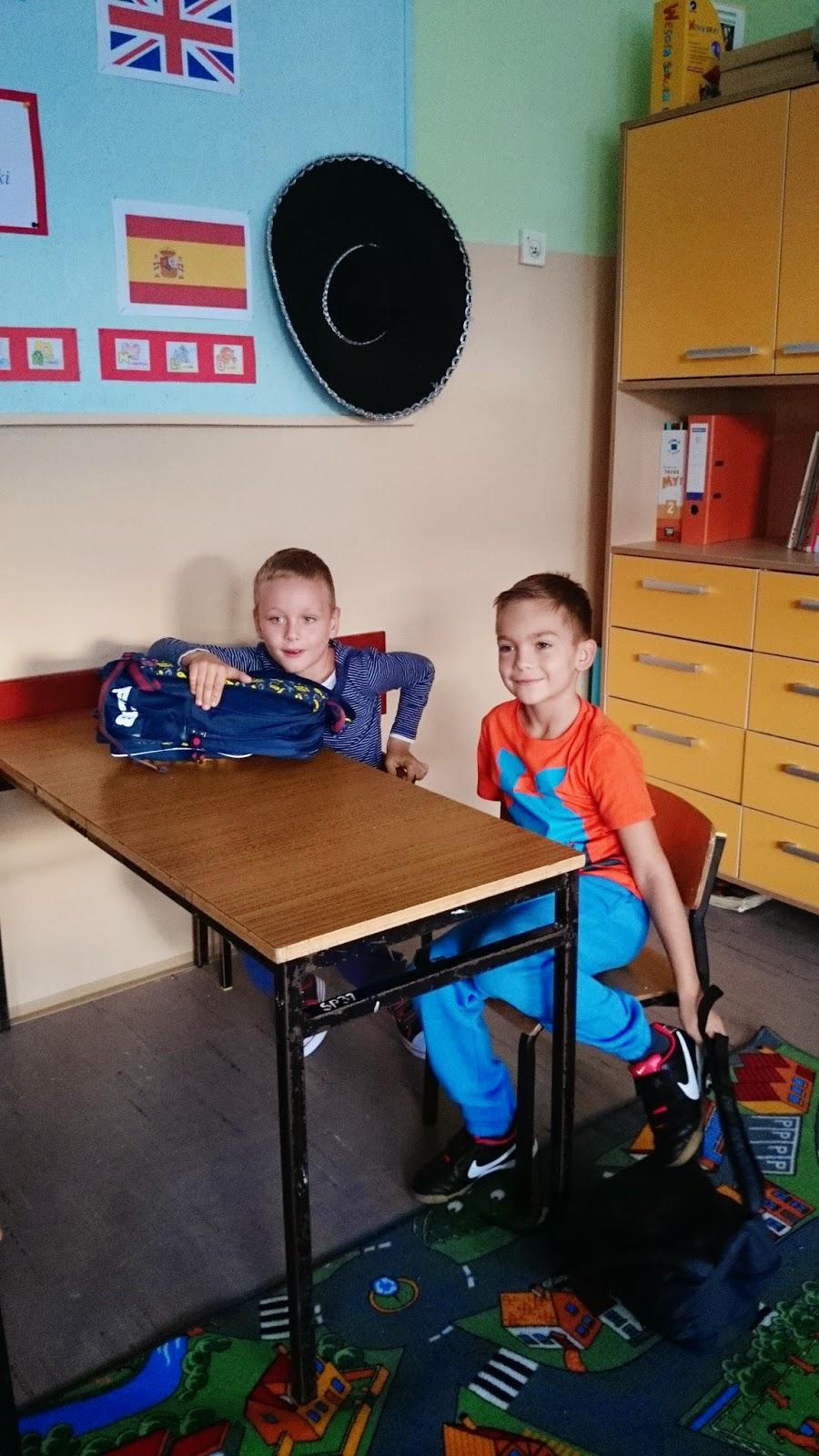 w szkole,6 latki w szkole,jak radzą sobie pierwszoklasiści,szkoła podstawowa,styl w szkole,jak ubierać dziecko do szkoły,pomarańczowy tshirt