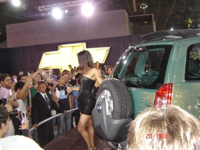 Gatas Quente modelo gostosa sem calcinha na feira de carro