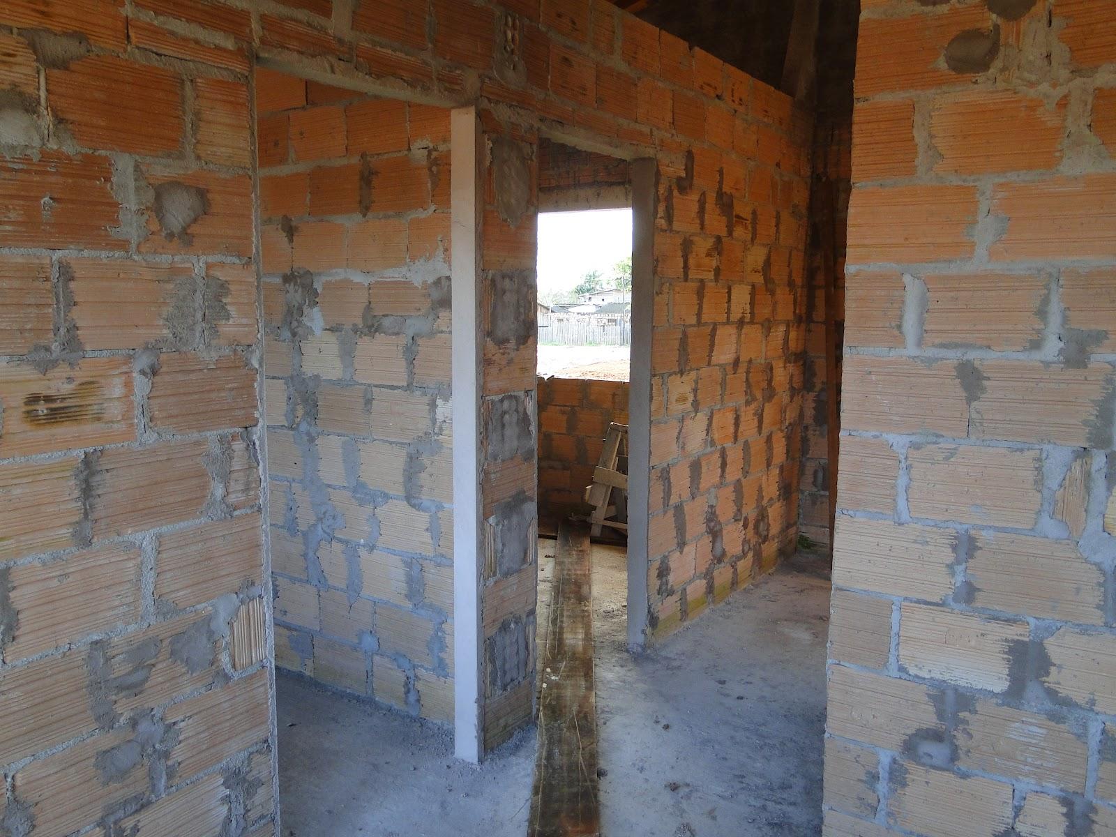 Visão interna de uma das casas a partir da porta da sala: à esquerda  #694123 1600x1200 Banheiro De Pobre Bonito