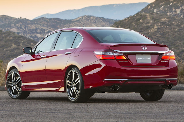 Rear 3/4 view of 2016 Honda Accord