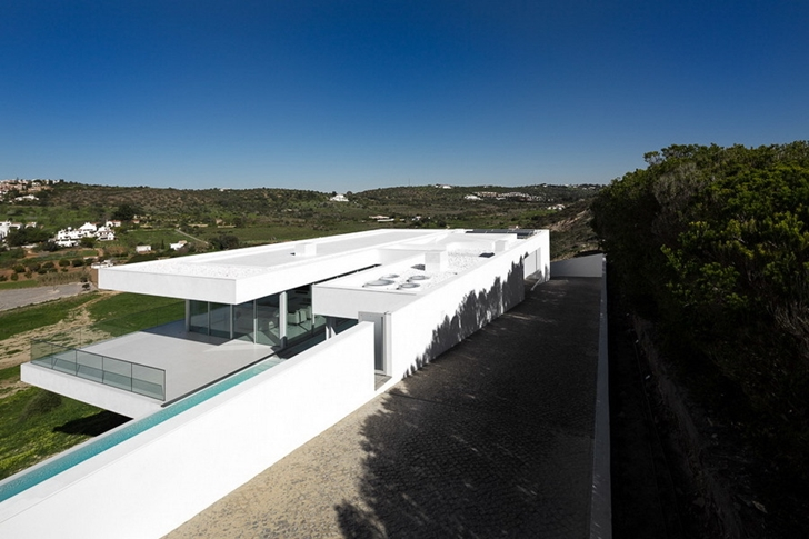 Driveway to the Modern Villa Escarpa by Mario Martins